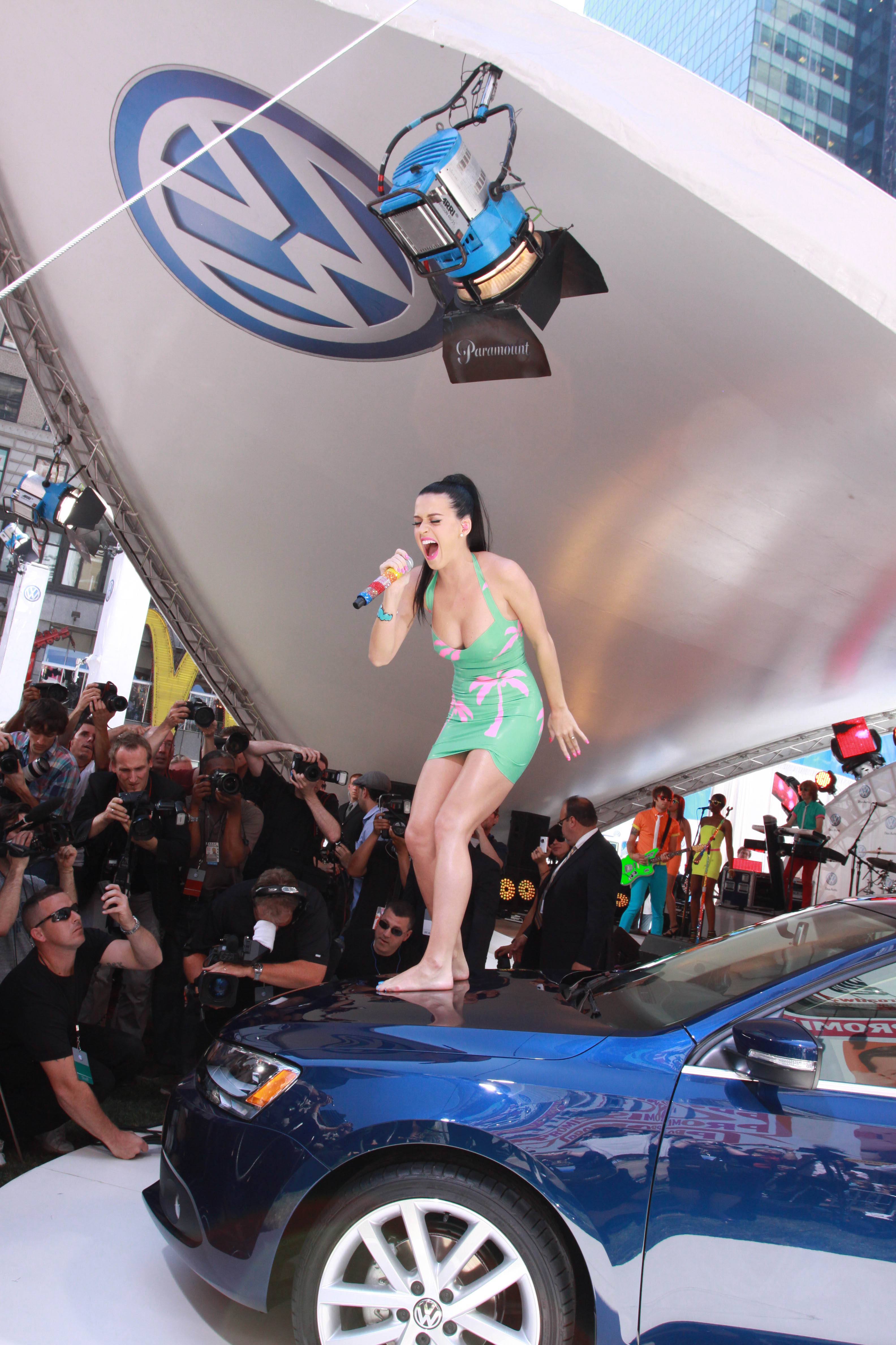 katy-perry-at-volkswagen-times-square-event